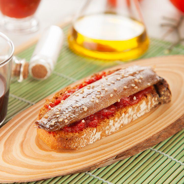 Sardina ahumada Aquí Santoña con mermelada de tomate